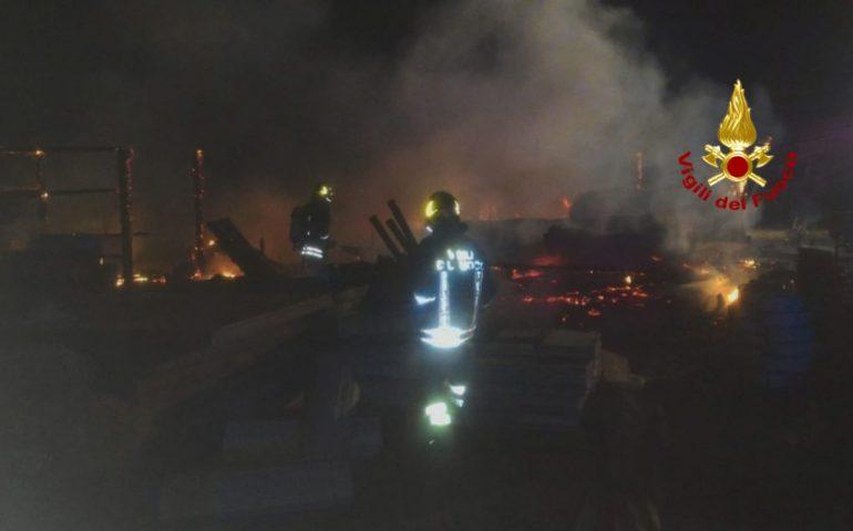 Notte impegnativa per i Vigili del fuoco: incendi a Cagliari, Quartucciu, Villasor e Solanas