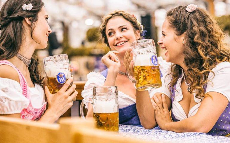 Cagliari, alla Fiera torna l'Oktoberfest: fiumi di birra, musica, cibo e tradizione bavarese