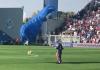 Sassuolo-Inter. Atterra a centrocampo nel bel mezzo della partita: paracadutista fermato dalla sicurezza