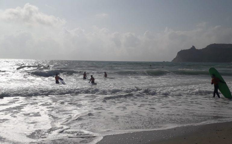 La foto: c'è un Poetto per ognuno di noi, via i bagnanti dentro i surfisti, lo scirocco regala le onde
