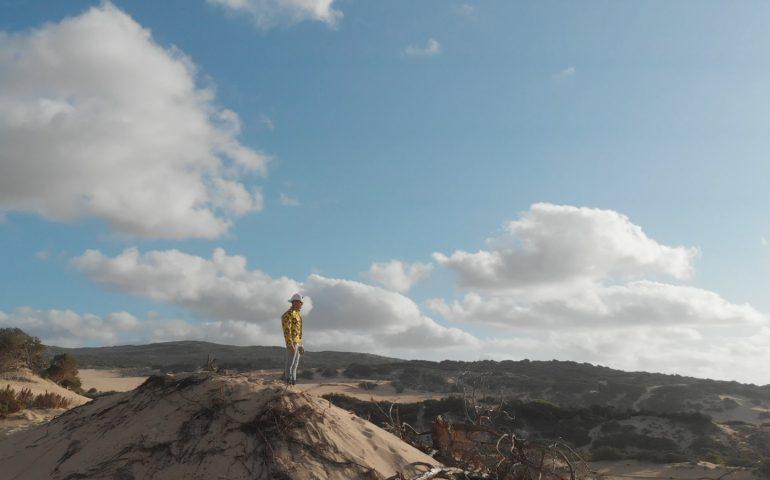 La Sardegna come set ideale: un trapper brianzolo sceglie il Poetto e Piscinas per il suo video
