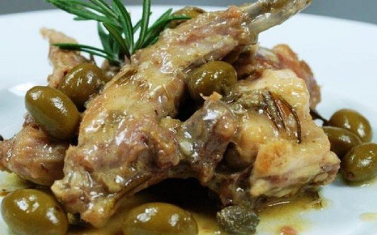 """La ricetta Vistanet di oggi: coniglio """"a succhittu"""", un piatto tipico del Campidano"""