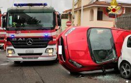 (FOTO) Cagliari, contromano in via dei Giunchi si scontra con un'altra auto che si ribalta: una donna all'ospedale