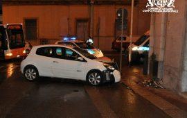 Cagliari: alla guida ubriaco e con 2 passeggeri a bordo, sbaglia la curva e prende un muro