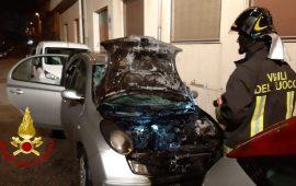 Quartu Sant'Elena: va a fuoco un'auto in pieno centro abitato