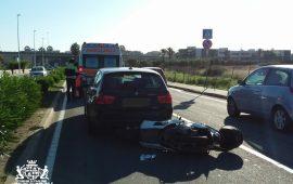Incidente in via peretti: scooter tampona un'auto