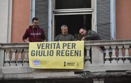 """""""Verità per Giulio Regeni"""", ricompare uno striscione per lo studioso in un palazzo di via Roma"""