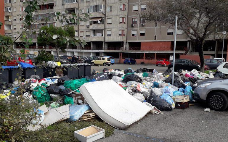 (FOTO) Cagliari, in via Magellano a Sant'Elia i rifiuti abbandonati vicino ai mastelli diventano montagne