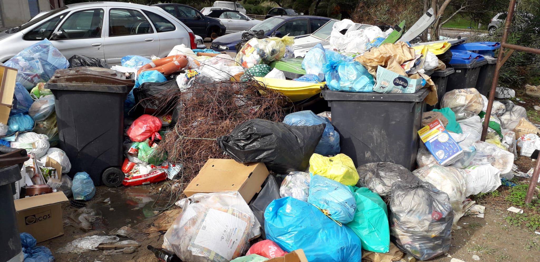 Rifiuti abbandonati in via Magellano a Sant'Elia