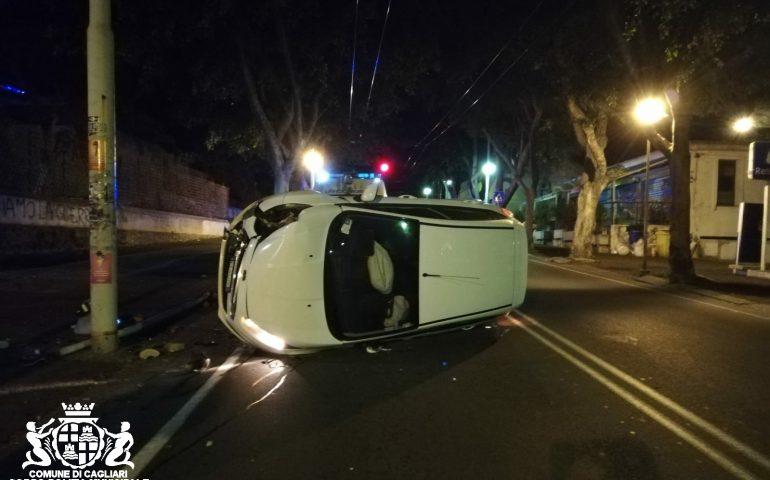 Viale Merello: 19 enne al volante si schianta contro un palo della luce