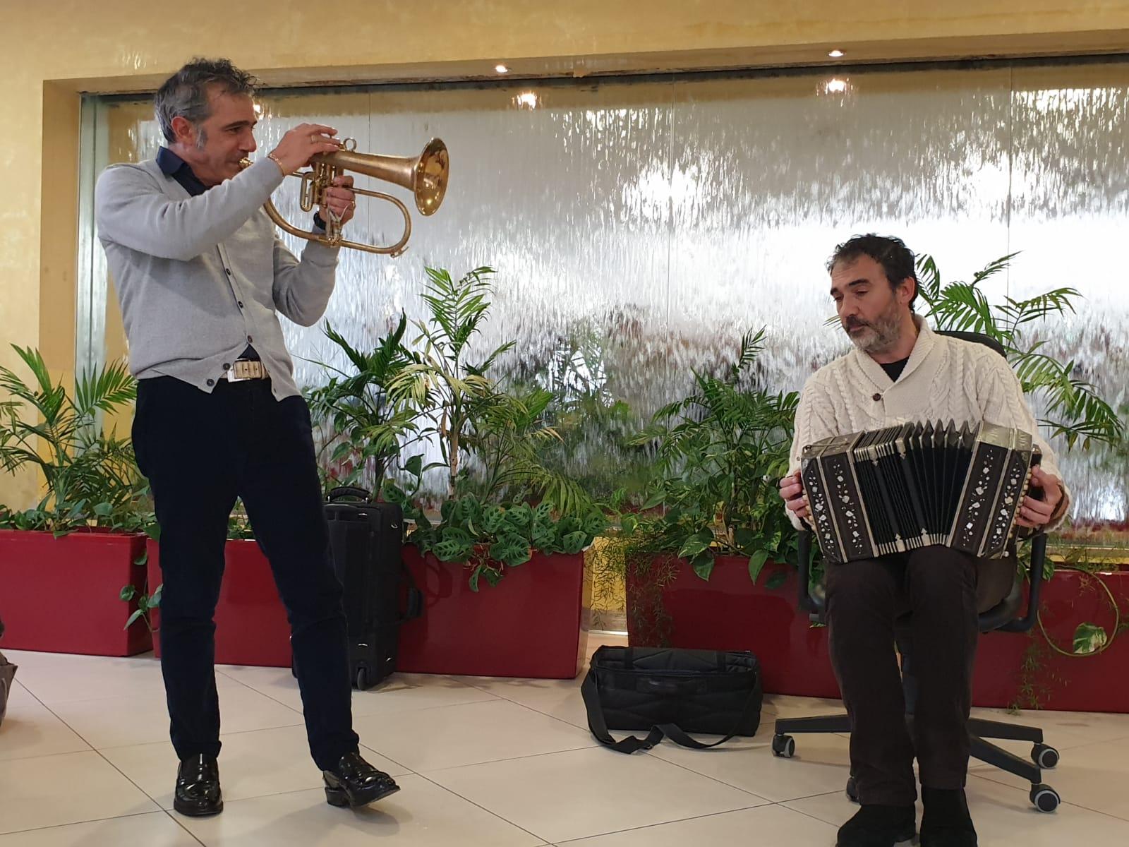 Paolo Fresu e Daniele di Bonaventura in concerto all'ospedale di Perugia _ foto di Simona Panzolini