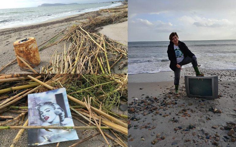 (FOTO) Tutto lo schifo (dell'uomo) che il mare ha riportato a riva nei giorni scorsi al Poetto