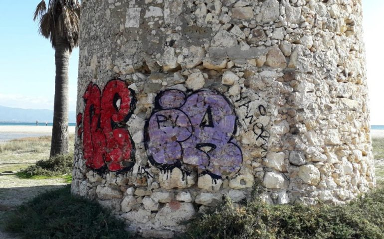 La foto: le scritte sulla Torre Spagnola ormai sono antiche, le tutelerà la soprintendenza?