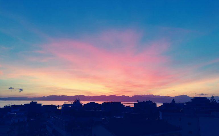 La foto del giorno. Cagliari e il tramonto dai colori di un'opera d'arte