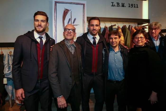 Antonio Marras con Ceppitelli e Pavoletti che indossano le nuove divise del Cagliari