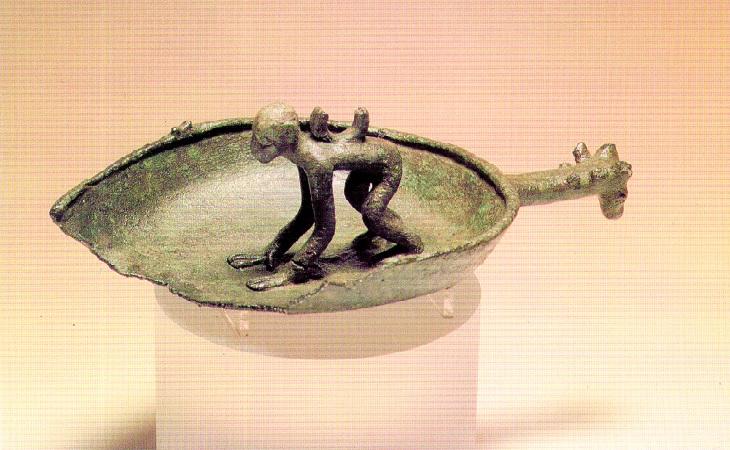 Lampada in bronzo con figura di scimmia ritrovata a Baunei e ospitata al Museo Archeologico Nazionale di Cagliari - Foto: Leonardo Corpino e Roberto Dessy via Sardegna Ambiente