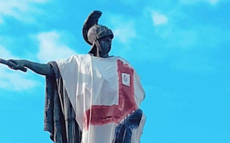 La foto. Carlo Felice festeggia i 100 anni del Cagliari con la maglia celebrativa