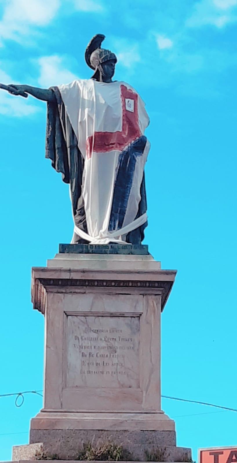 Carlo Felice con la maglia dei 100 anni del Cagliari