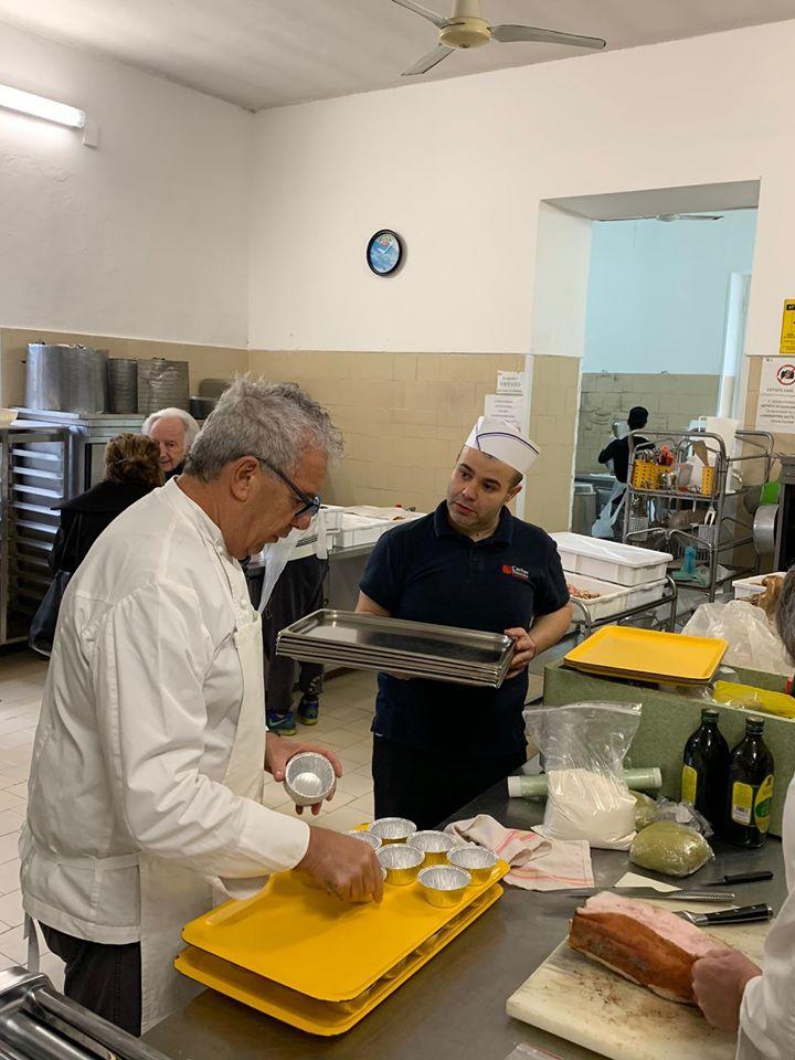 Lo chef 5 stelle Michelin Igles Corelli alla mensa della Caritas di viale Fra Ignazio - Foto T-Hotel Facebook