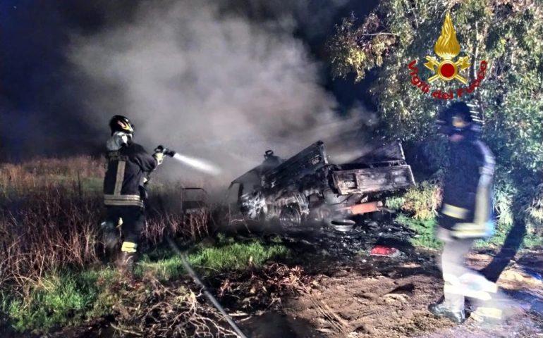 Alghero, paura nella notte: furgone carico di bombole prende fuoco