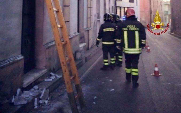 Mandas, piovono calcinacci in via Cagliari: camion urta un balcone di un palazzo del centro del paese