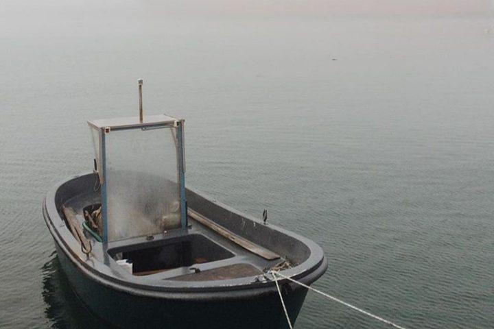 La foto: il porto di Cagliari avvolto dalla nebbia, un paesaggio insolito per la città