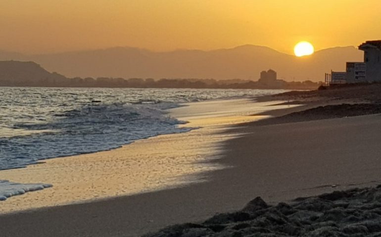 La foto. Cagliari, un bellissimo tramonto di fine gennaio al Poetto