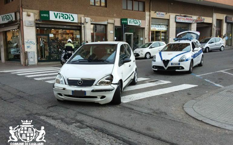 Cagliari, tampona un'auto e scappa via, poi ne urta un'altra e si fa male: 81enne finisce al pronto soccorso