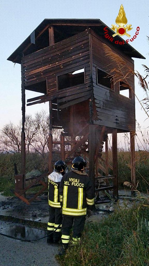 Incendio a Molentargius: in fiamme torretta di avvistamento faunistico