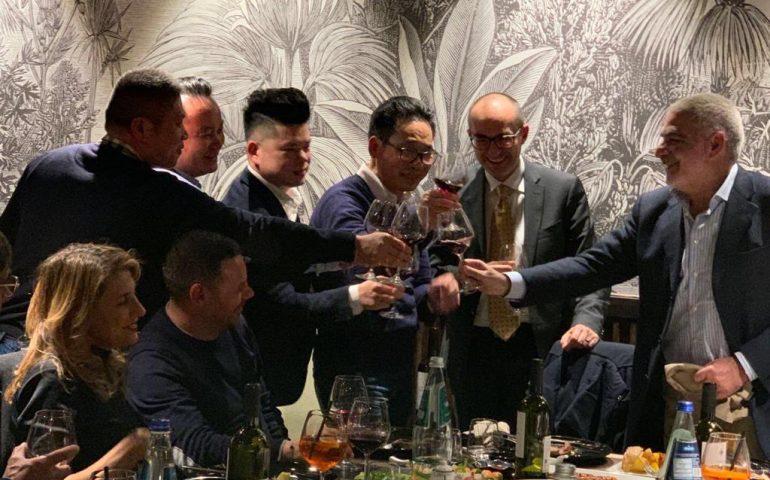 No a paura e razzismo, Truzzu cena con i cinesi e incontra il giovane filippino aggredito