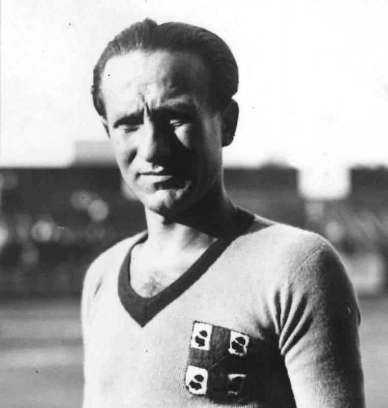 Erbstein con la maglia del Cagliari in una foto pubblicata dal Museo Cagliari Calcio