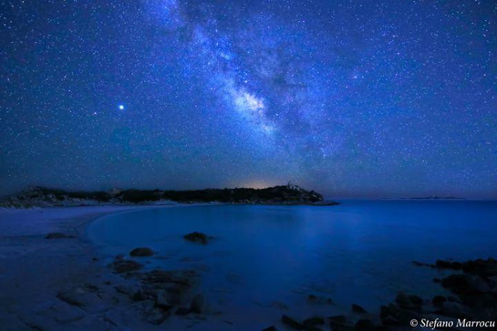 La foto. Una spettacolare via Lattea: notte da sogno a Punta Molentis