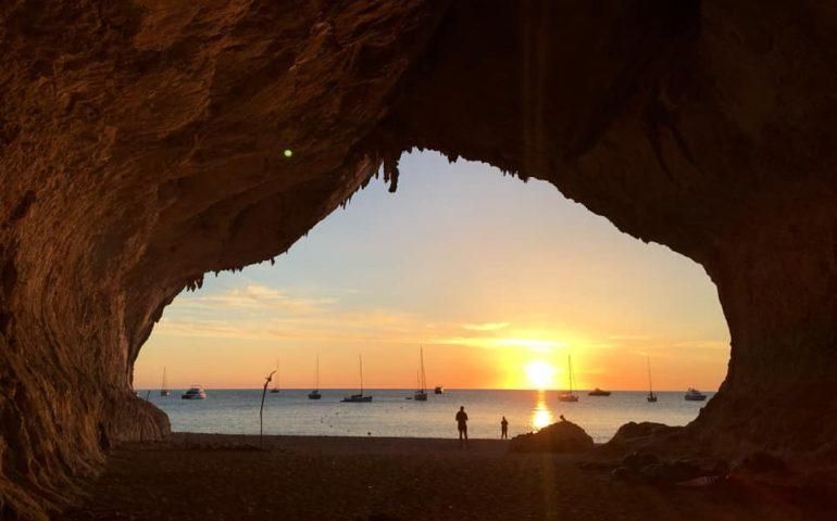 La foto. Una magnifica alba dai grottoni di Cala Luna