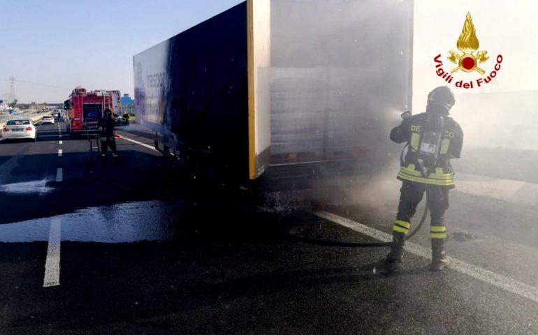 Brucia un carico di bottiglie sulla 131| Cagliari - Vistanet