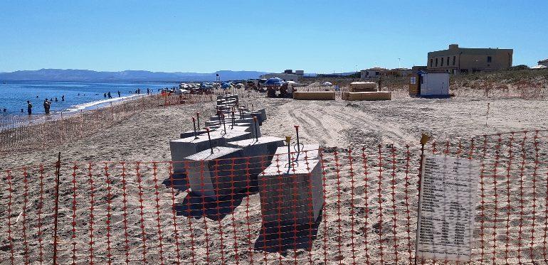«Che ci fanno quei blocchi di cemento sulla spiaggia di Platamona?», denuncia degli ambientalisti