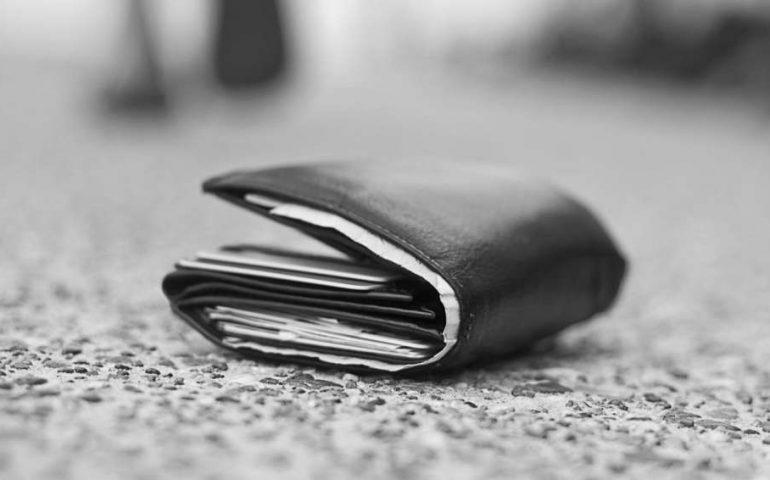 Donna trova un borsello con 10mila euro in contanti e chiama la polizia per restituirlo al proprietario
