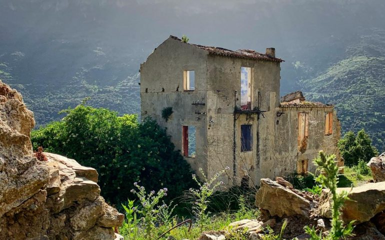 """(FOTO) Gairo Vecchio, un paese lasciato """"in sospeso"""": gli scatti dal borgo fantasma"""