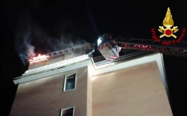 Cagliari, prende fuoco una tettoia in legno nella zona di Monte Urpinu
