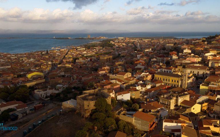 Sant'Antioco, aumentano i casi di Covid-19: il sindaco chiude tutte le scuole