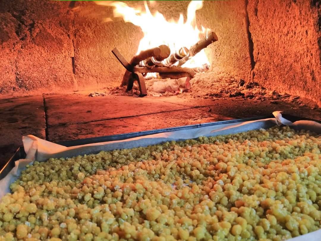 Asciugatura e tostatura della fregola al fuoco - Foto di Annalisa Atzeni