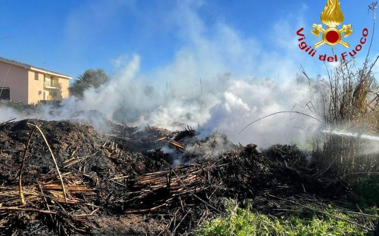 Grosso incendio minaccia Arbus: le fiamme lambiscono le abitazioni