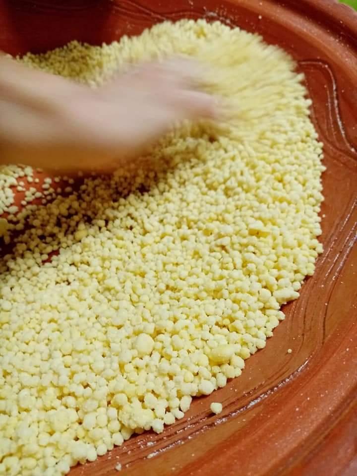 La preparazione della fregola nella scivedda di coccio - Foto di Annalisa Atzeni
