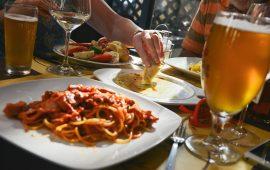 ristorante-amici-convivialita-cena-birra-cibo