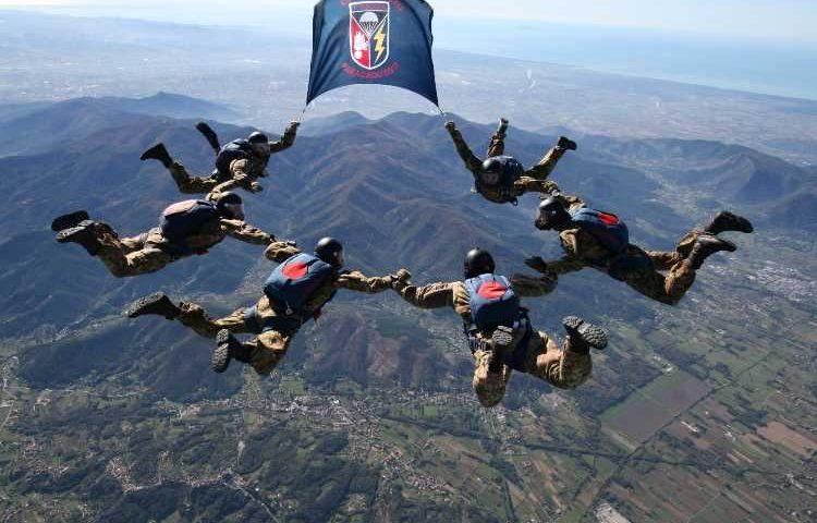 Per la prima volta i paracadutisti del Tuscania in addestramento in Sardegna