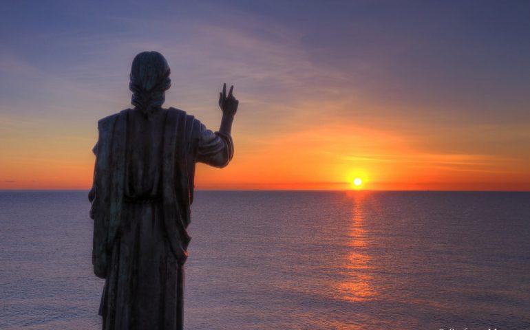 La foto del giorno. La statua del Cristo benedice il mare all'alba. Sapete dirci dove siamo?