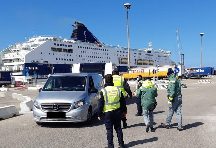Controlli nei porti e negli aeroporti sardi: una contestazione per una persona sbarcata