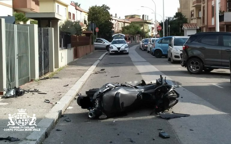 Pirri, fa retromarcia e travolge uno scooter: 22enne cade a terra e finisce in ospedale