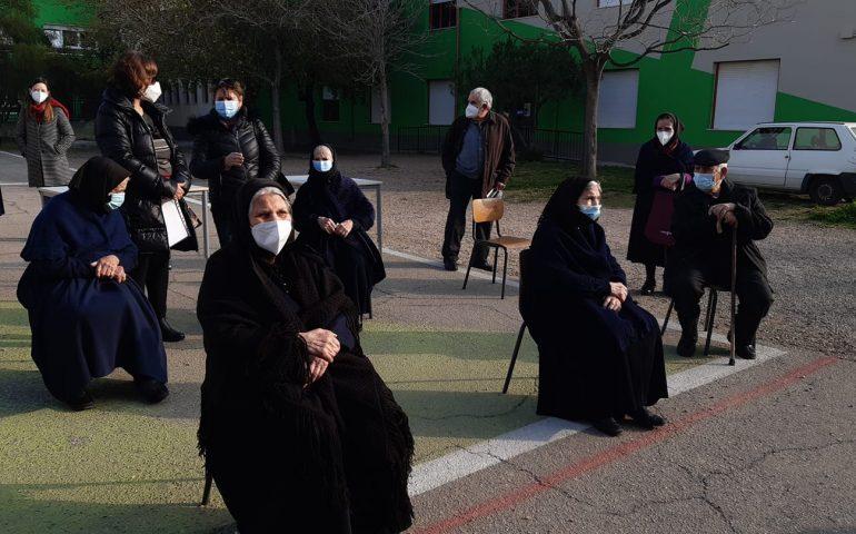 La fotonotizia. Vaccino anti Covid: anziani di Villagrande attendono ordinatamente il proprio turno