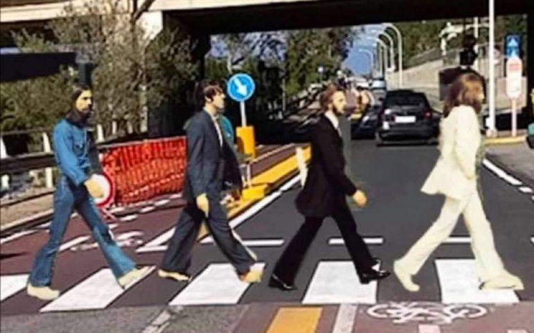 La foto. Cagliari, via Fiorelli: nella pista ciclabile della discordia arrivano anche i Beatles…