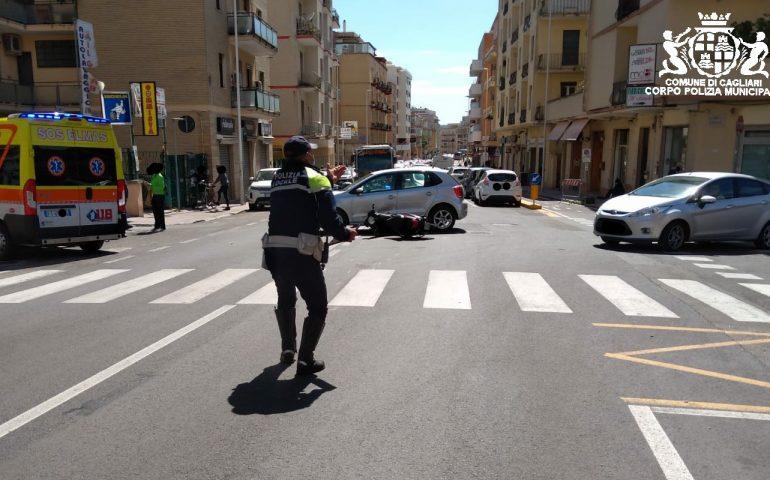 Incidente in via Della Pineta: auto contro scooter, un ragazzo in ospedale